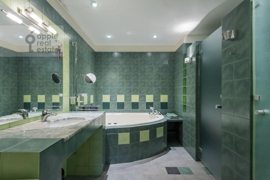 Bathroom of the 4-room apartment at Nikulinskaya ulitsa 27