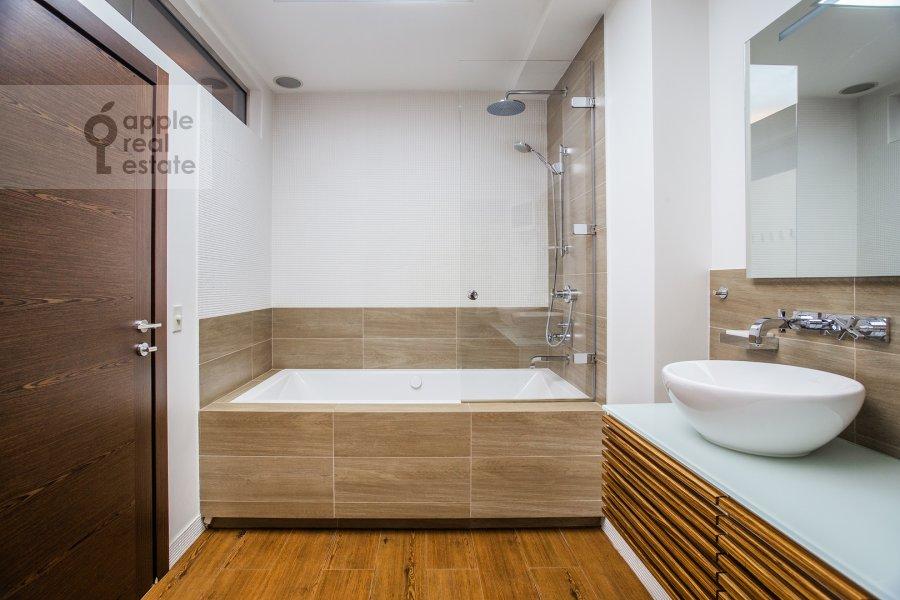 Bathroom of the 4-room apartment at Bryusov pereulok 2/14S3