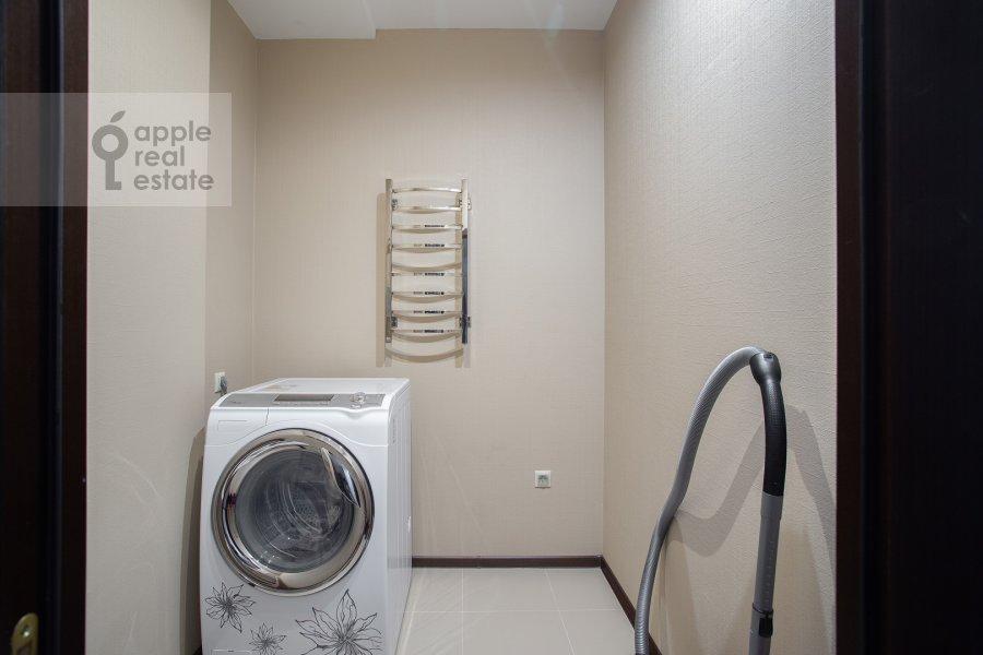 Гардеробная комната / Постирочная комната / Кладовая комната в 3-комнатной квартире по адресу Авиационная улица 77