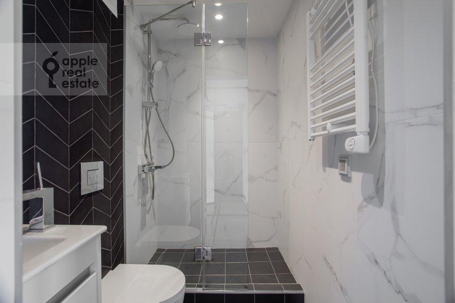 Bathroom of the 1-room apartment at Novyy Arbat 15