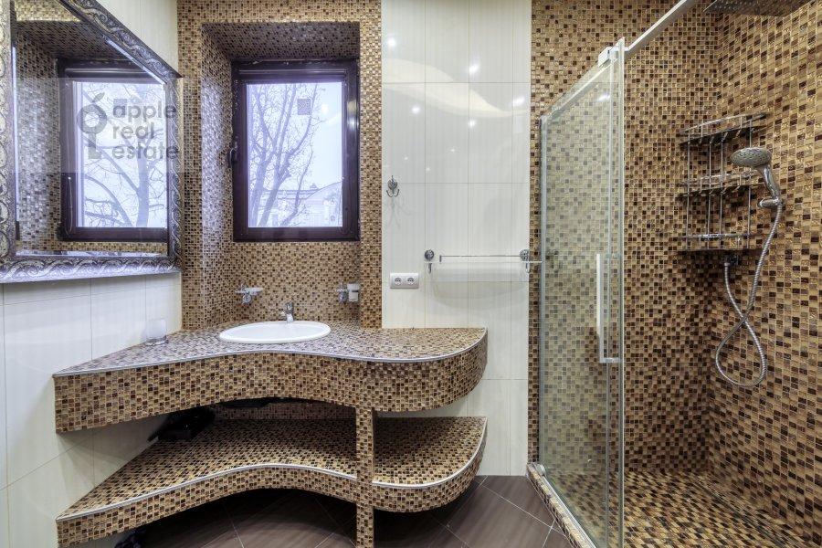 Bathroom of the 5-room apartment at Voskresenskaya ulitsa 4/28A