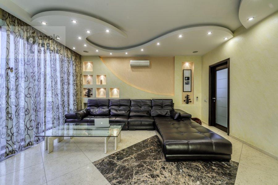 Living room of the 5-room apartment at Voskresenskaya ulitsa 4/28A