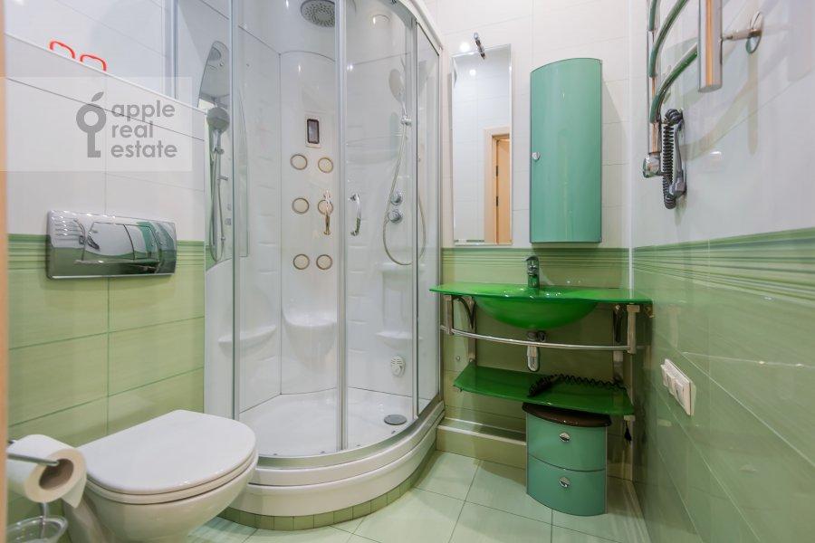 Bathroom of the 3-room apartment at ulitsa Marshala Biryuzova 31