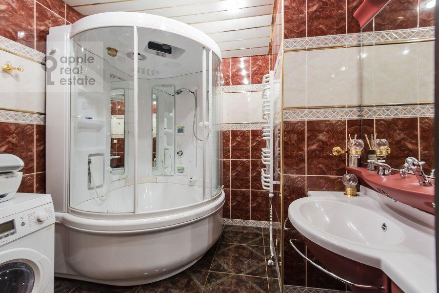 Bathroom of the 4-room apartment at Frunzenskaya naberezhnaya 36/2