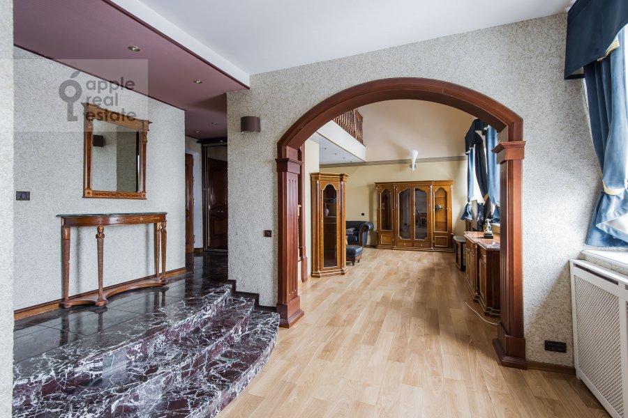 Living room of the 4-room apartment at Frunzenskaya naberezhnaya 36/2
