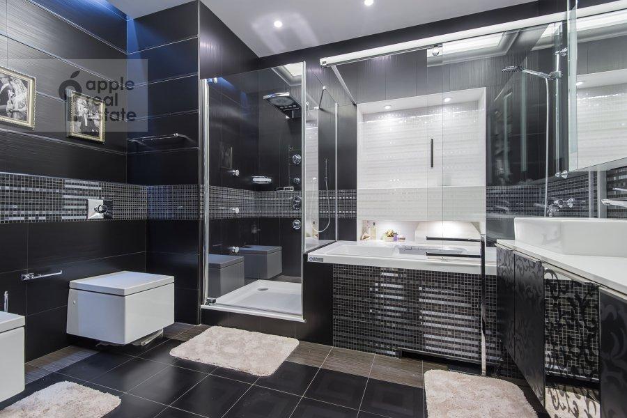 Bathroom of the 4-room apartment at Leningradskoe shosse 37k1