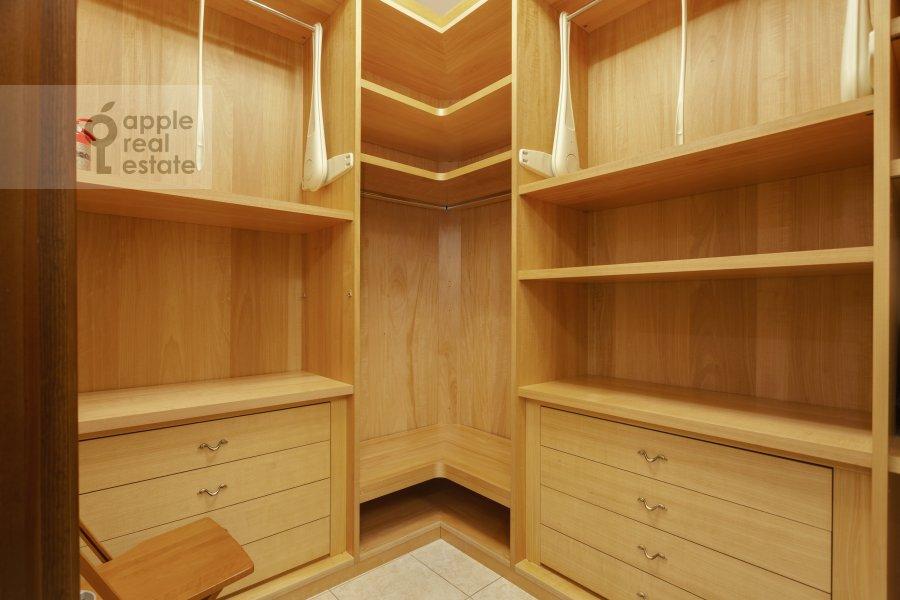 Гардеробная комната / Постирочная комната / Кладовая комната в 5-комнатной квартире по адресу Рублевское шоссе 11к2