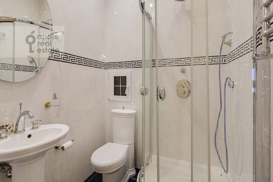 Bathroom of the 5-room apartment at Mosfil'movskaya ulitsa 70k7