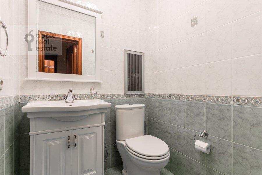 Bathroom of the 3-room apartment at Staroslobodskaya ulitsa 3
