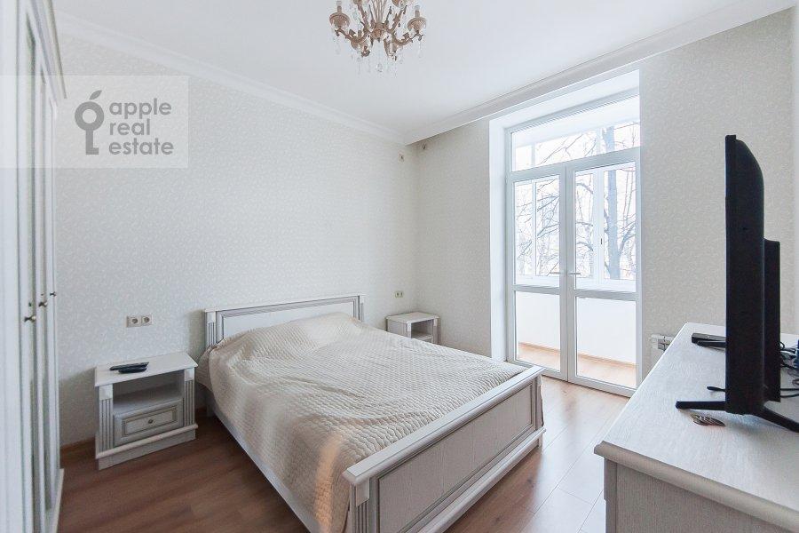 Living room of the 3-room apartment at ulitsa Dobrolyubova 29/16