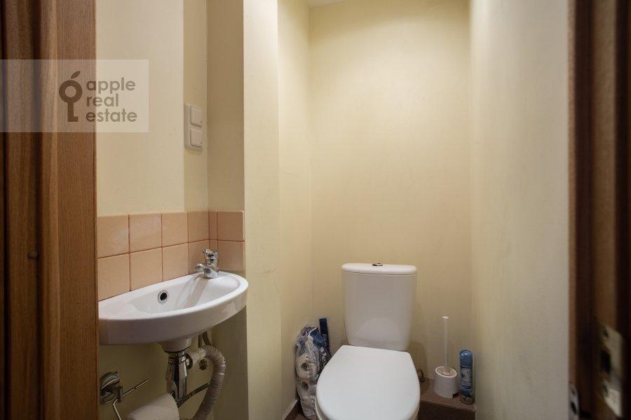Bathroom of the 2-room apartment at Gruzinskiy val 26k1