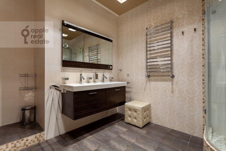 Bathroom of the 4-room apartment at Chapaevskiy pereulok 3