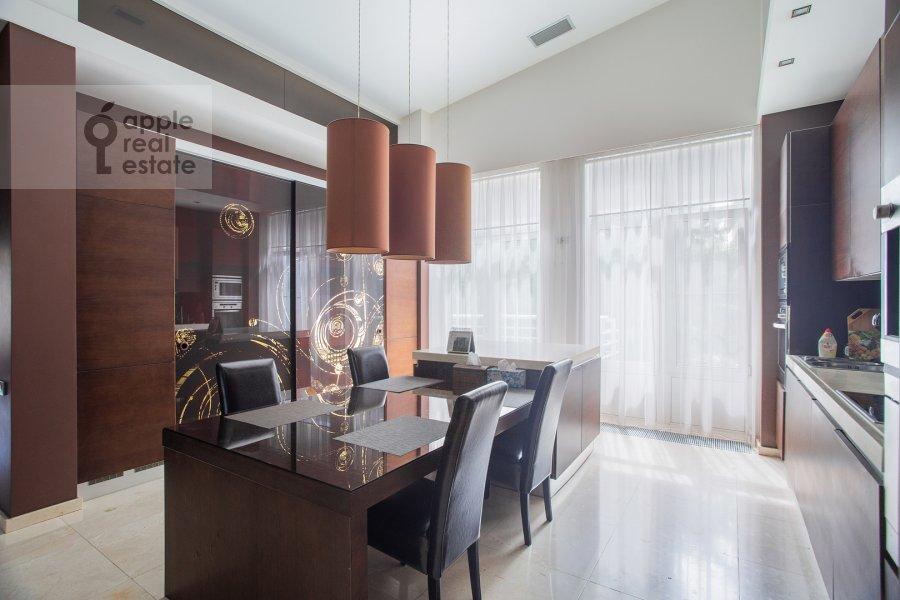 Кухня в 6-комнатной квартире по адресу Островной проезд 6