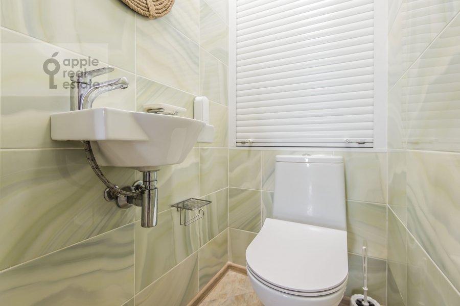 Bathroom of the 3-room apartment at Avtozavodskaya ulitsa 23Bk2
