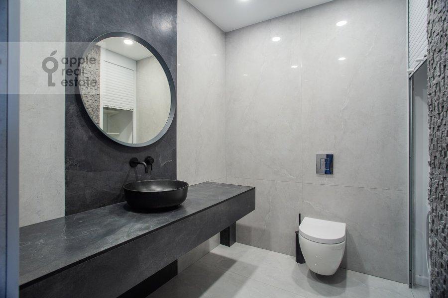 Bathroom of the studio apartment at 2-y Paveletskiy proezd 5S1