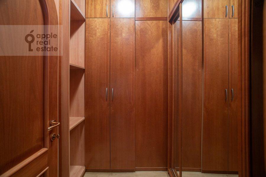 Гардеробная комната / Постирочная комната / Кладовая комната в 4-комнатной квартире по адресу Курсовой переулок 6/1