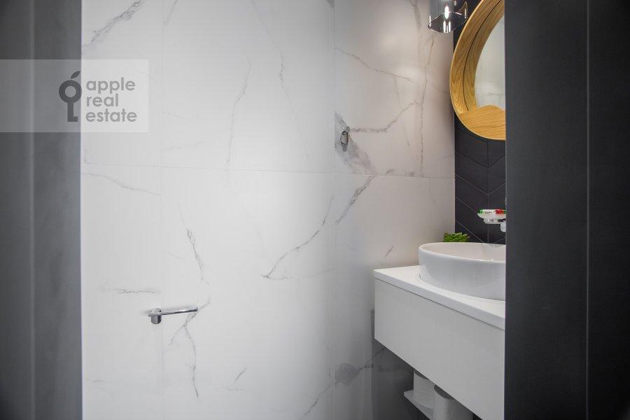 Bathroom of the 3-room apartment at Novyy Arbat 15