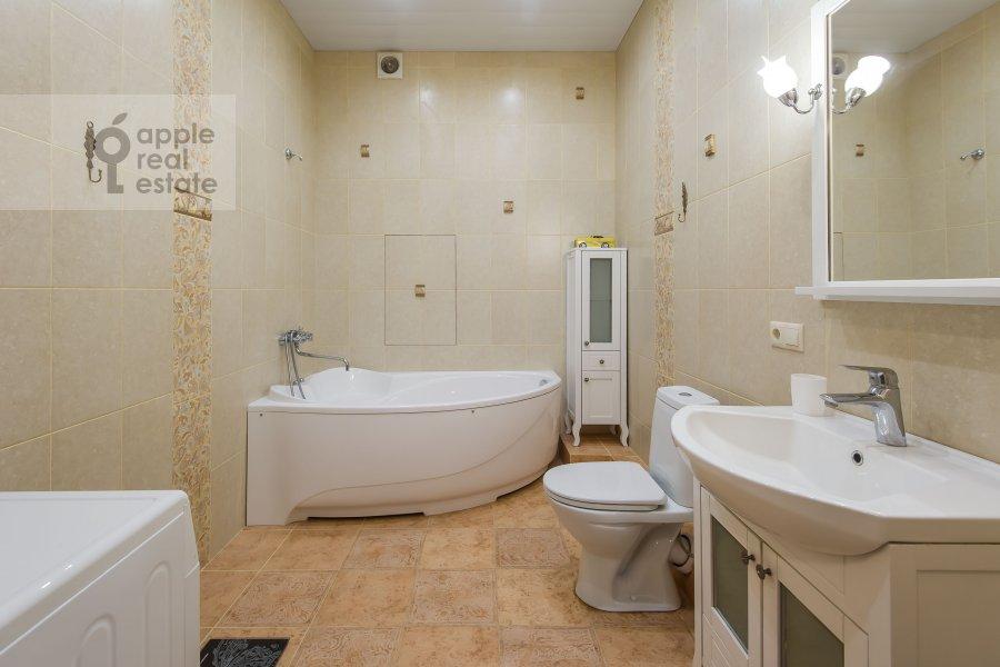 Bathroom of the 2-room apartment at Aviatsionnaya ulitsa 77k2