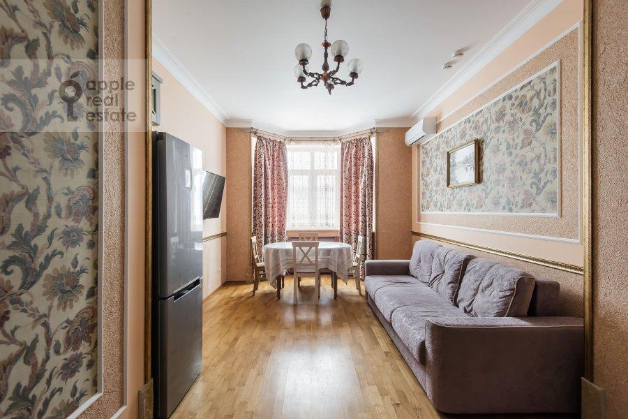Living room of the 2-room apartment at Aviatsionnaya ulitsa 77k2
