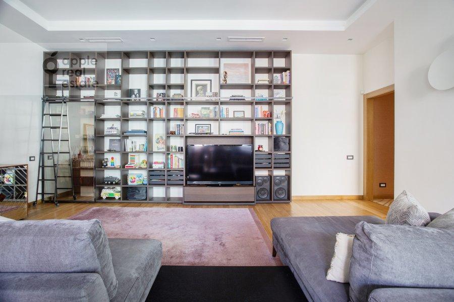 Living room of the 4-room apartment at Sretenka 26/1