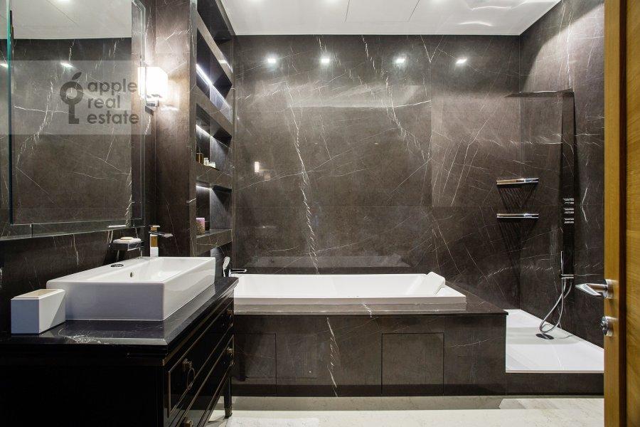 Bathroom of the 4-room apartment at Sretenka 26/1