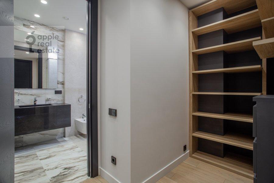 Гардеробная комната / Постирочная комната / Кладовая комната в 2-комнатной квартире по адресу Новый Арбат 32