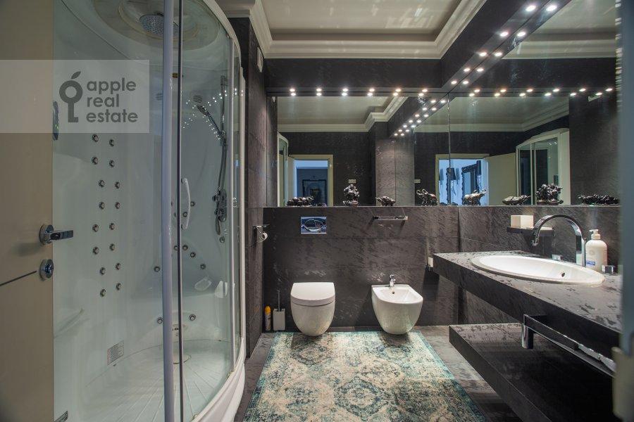 Bathroom of the 3-room apartment at Tverskaya 9