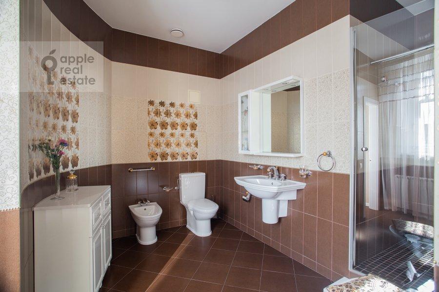 Bathroom of the 5-room apartment at Bol'shoy Kozikhinskiy pereulok 14s2
