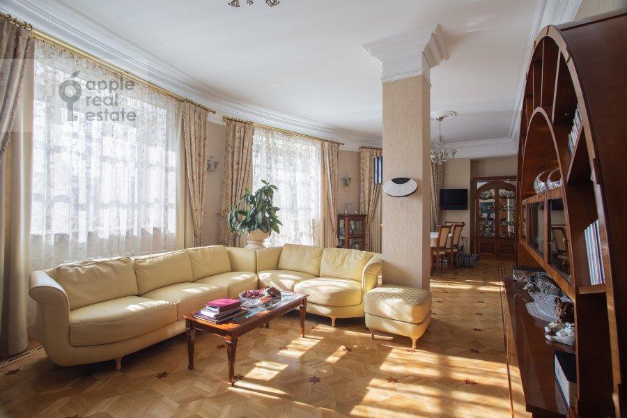 Living room of the 5-room apartment at Bol'shoy Kozikhinskiy pereulok 14s2