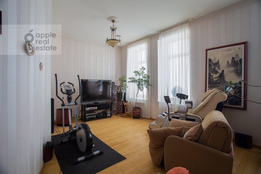 Living room of the 4-room apartment at Nikitskiy bul'var 15/16