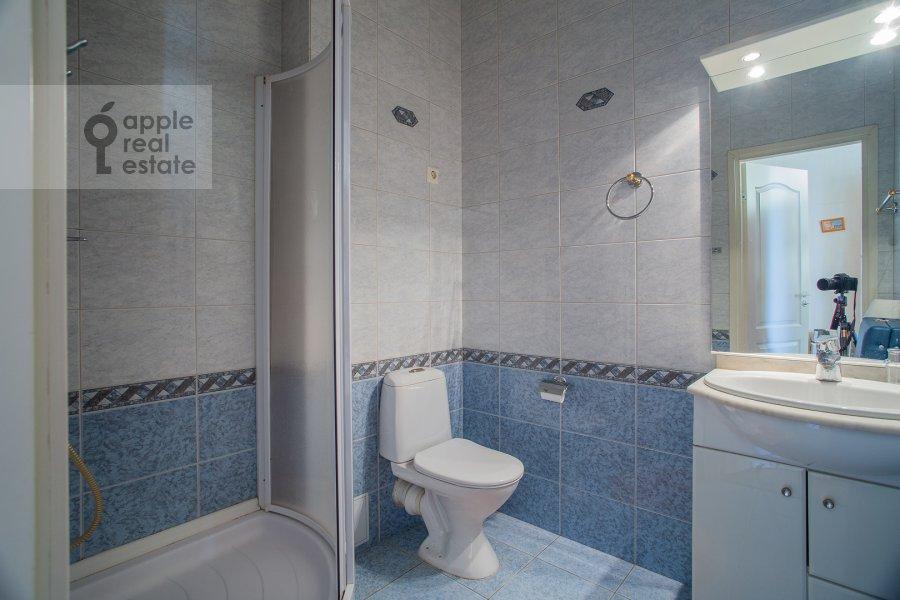 Bathroom of the 4-room apartment at Nikitskiy bul'var 15/16