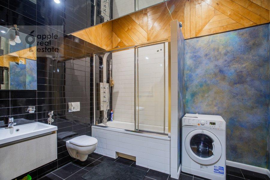 Bathroom of the 2-room apartment at Starokonyushennyy pereulok 45