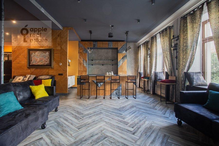 Living room of the 2-room apartment at Starokonyushennyy pereulok 45