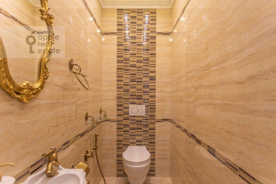 Bathroom of the 4-room apartment at 1-ya Myasnikovskaya ulitsa 2
