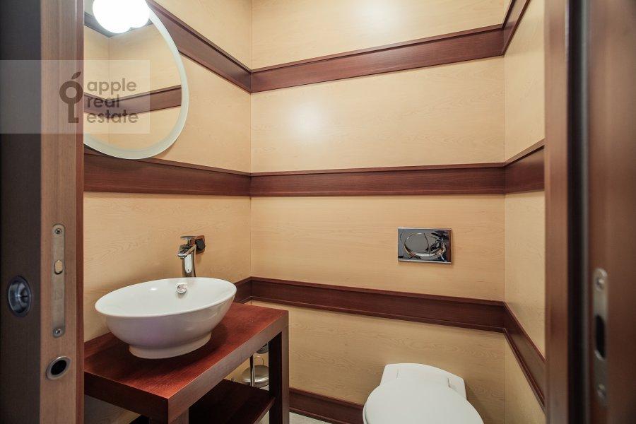 Bathroom of the 5-room apartment at Plotnikov pereulok 21S1