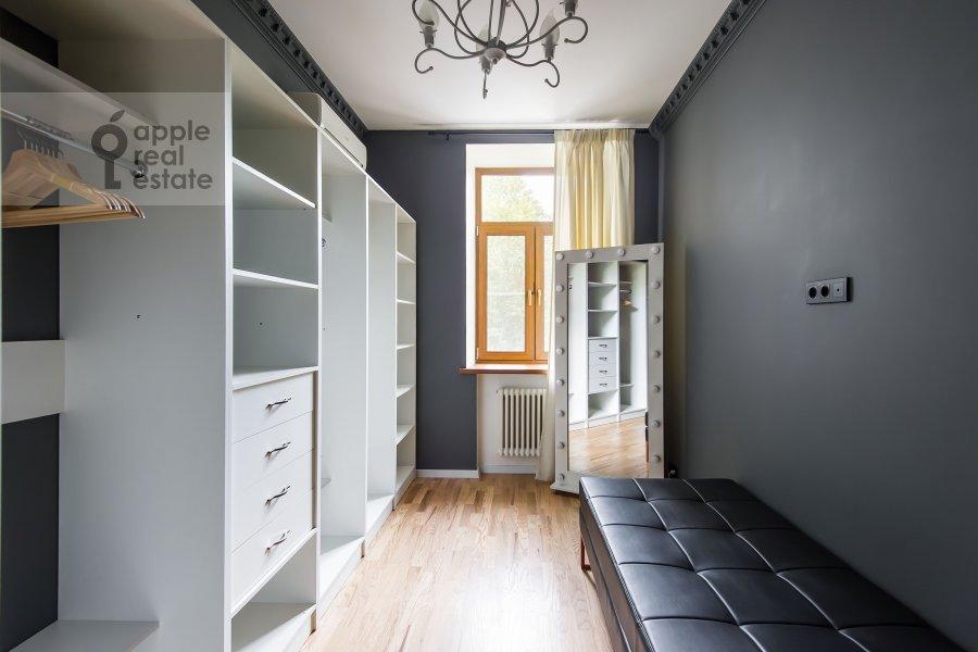 Гардеробная комната / Постирочная комната / Кладовая комната в 3-комнатной квартире по адресу Чистопрудный бульвар 9с1