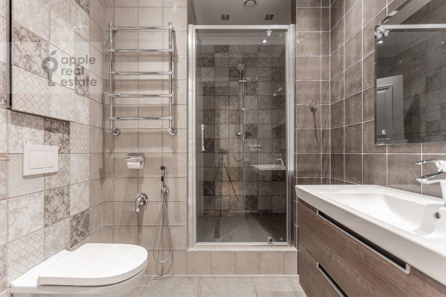 Bathroom of the 5-room apartment at Khilkov pereulok 5