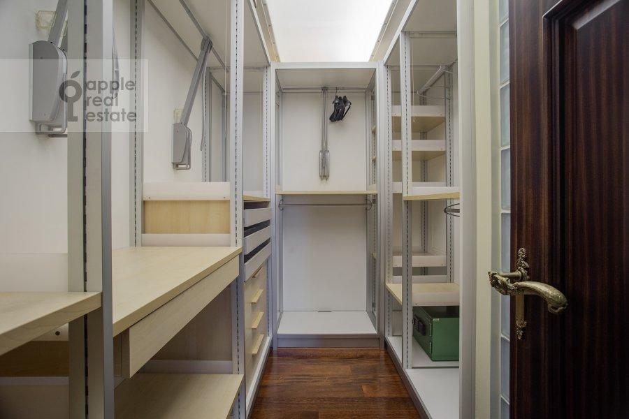 Гардеробная комната / Постирочная комната / Кладовая комната в 4-комнатной квартире по адресу Береговая улица 8К3