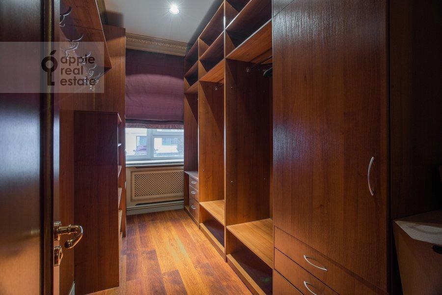 Гардеробная комната / Постирочная комната / Кладовая комната в 4-комнатной квартире по адресу Островной проезд 5К1