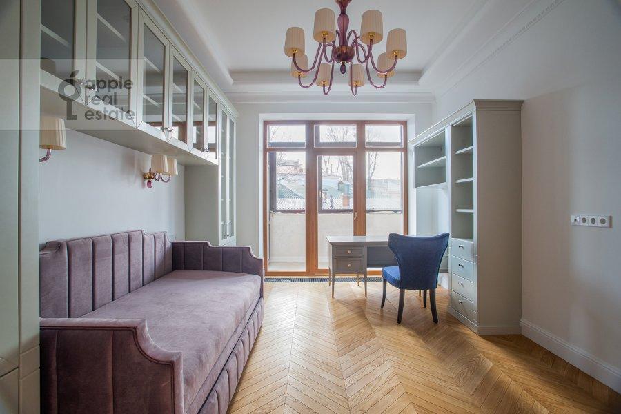 Детская комната / Кабинет в 4-комнатной квартире по адресу Леонтьевский переулок 2Ас1