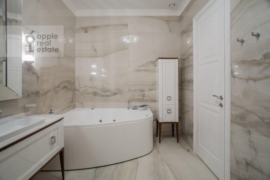 Bathroom of the 4-room apartment at Leont'evskiy pereulok 2As1