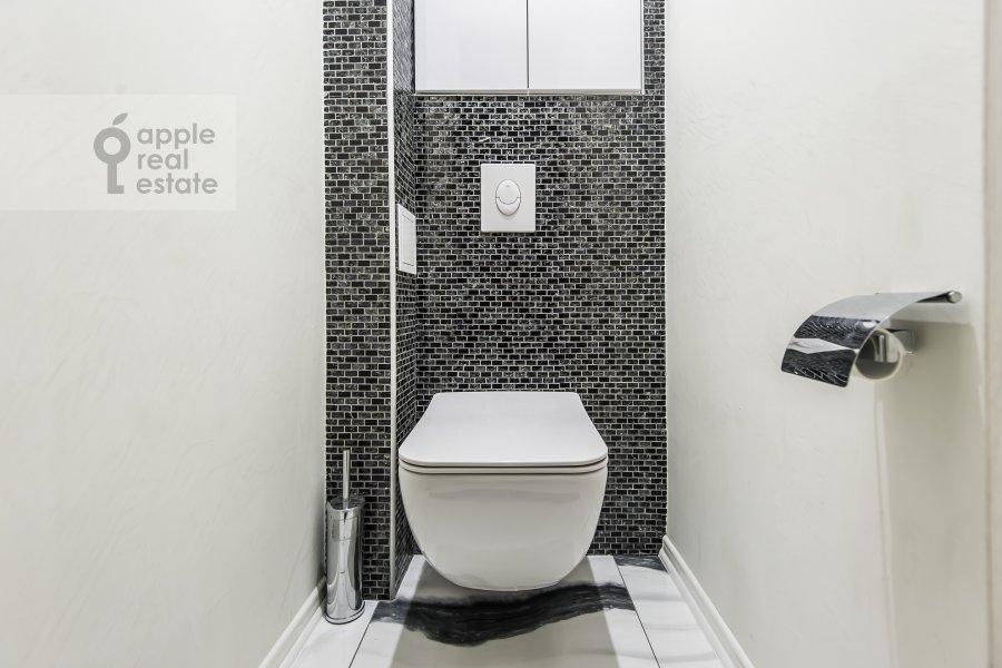 Bathroom of the 2-room apartment at ulitsa Gospital'nyy Val 5K18