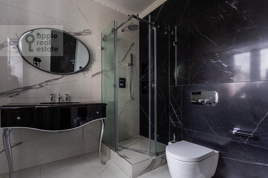 Bathroom of the 4-room apartment at Trubnikovskiy pereulok 11