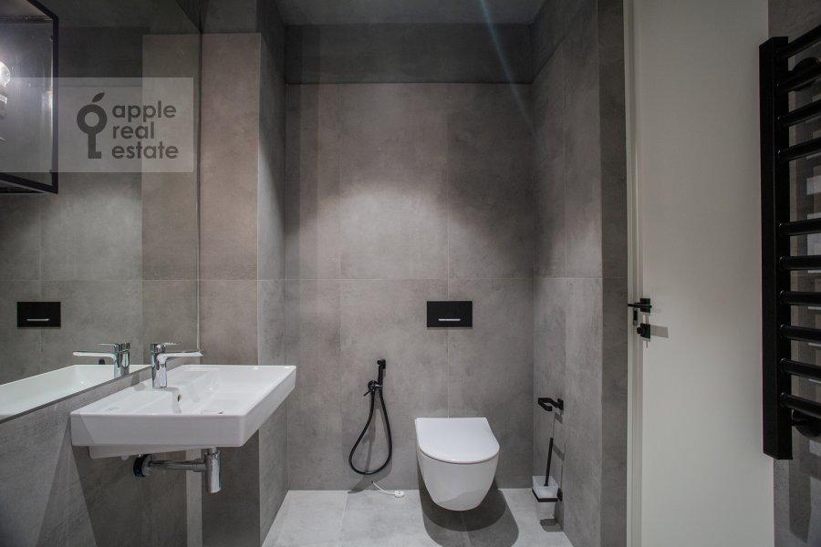 Bathroom of the 1-room apartment at 1-y Krasnogvardeyskiy proezd 15