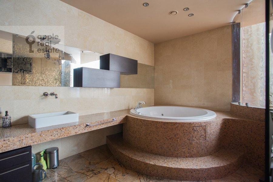 Bathroom of the 6-room apartment at Leninskiy prospekt 106K1