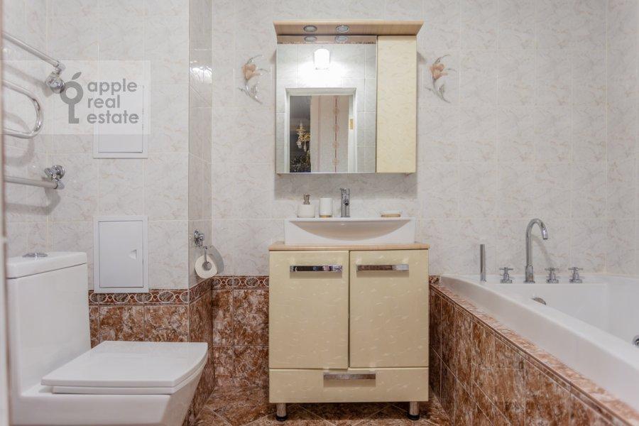 Bathroom of the 3-room apartment at Troitskaya ulitsa 9k1