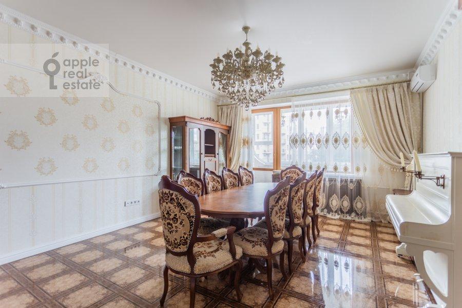 Living room of the 3-room apartment at Troitskaya ulitsa 9k1