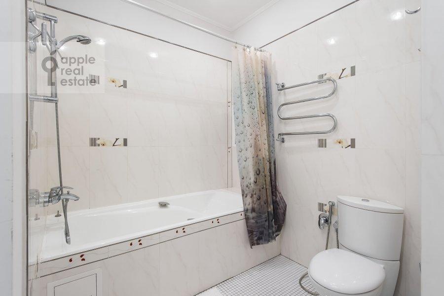 Bathroom of the 3-room apartment at Mashkova ulitsa 1