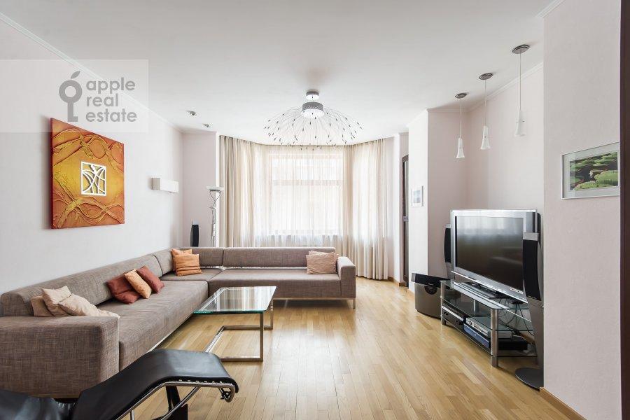 Living room of the 3-room apartment at Mashkova ulitsa 1