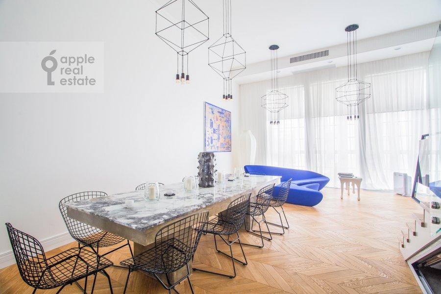 Living room of the 6-room apartment at Usacheva ulitsa 11k